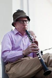Woody Allen suona