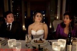 Giovani in abiti eleganti a una cena