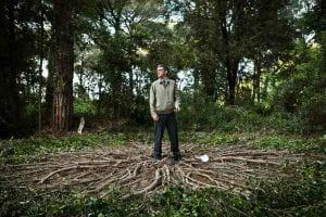 Uomo in una foresta rappresentante l'ultimo terrestre