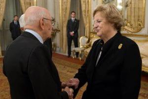 Una donna stringe la mano a Napolitano