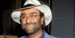 Foto di Dalla; volto di uomo con occhiali e cappello