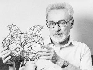 Primo Levi tiene in mano una scultura