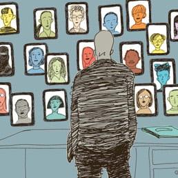 Vignetta di uomo di fronte a una parete di ritratti.