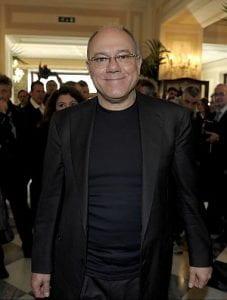 Uomo vestito di nero