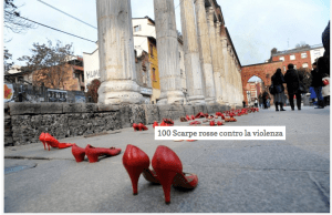 File di scarpe rosse per strada contro la violenza