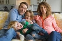 Padre, madre e due bambini felici