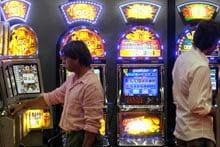 due persone di fronte a delle slot machine