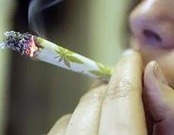 Persona che fuma uno spinello