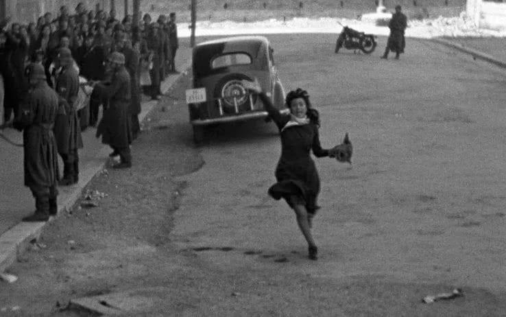 Donna corre per starda. Scena del fim Roma città aperta.