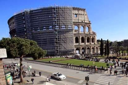 colosseo, monumento romano, in ristrutturazione