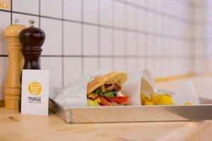 Un panino con Kebab su un tavolo
