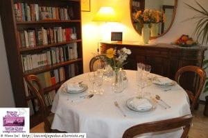 tavola apparecchiata in una sala elegante