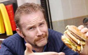 uomo con panino in mano