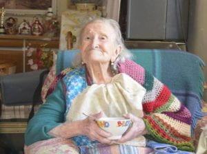signora anziana con scodella in mano