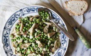 piatto con piselli e altra verdura