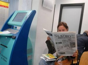 Donna consulta il giornale Il lavoro.
