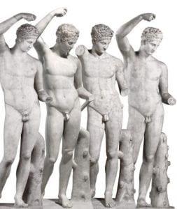 Quattro statue classiche di uomo nudo.