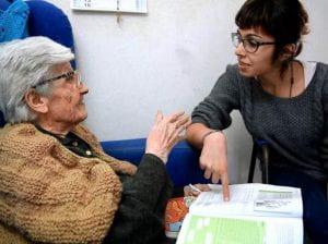 una giovane donna parla con una donna di 101 anni