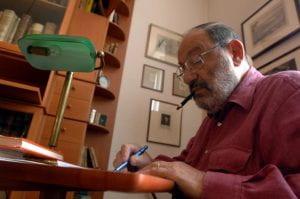 Umberto Eco alla sua scrivania.