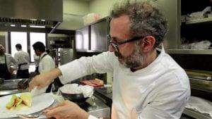 Chef Bottura che prepara un piatto.
