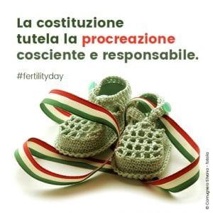 Manifesto sulla tutela alla procreazione. Due scarpine da neonato in un nastro tricolore.