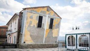 Una vecchia casa con la facciata pendente. Un'opera d'arte moderna.