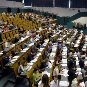 Studenti universitari in un'aula magna.