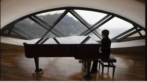 Pianista che suona su un pianoforte a coda.