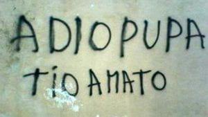 scritta su un muro che dice A dio (invece di addio) pupa ti o (senza acca) amato