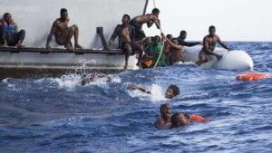 Migranti in mare su un gommone