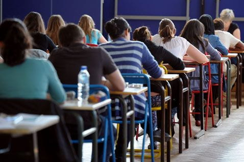 studenti in classe durante una prova di esame.
