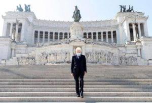 Uomo anziano, con mascherina, sulla scalinata davanti all'Altare della Patria