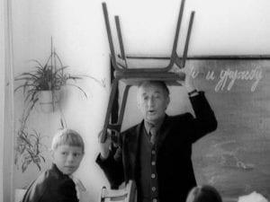 Maestro con una sedia in testa