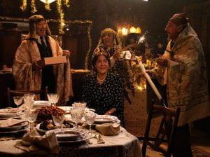 famiglia intorno a tavola natalizia
