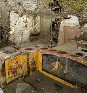 bancone di bottega romana in pietra con affreschi