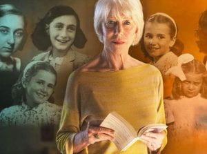 donna in primo piano con libro aperto e dietro ragazzine