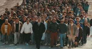 Folla di persone che camminano in corteo
