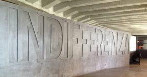 Lunga lapide di marmo con incisa la parola INDIFFERENZA