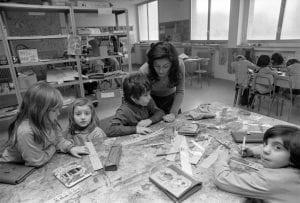 bambini e maestra intorno a un tavolo