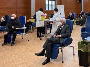 Persone anziane dopo il vaccino affiancate da infermiere