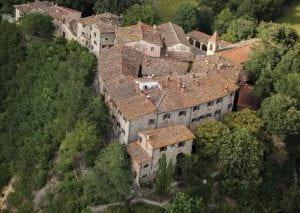 Foto di borgo medioevale immerso nel verde