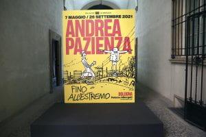 grosso manifesto davanti a sala di museo