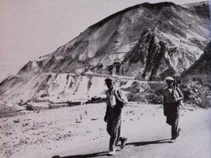 due minatori di fronte a una cava