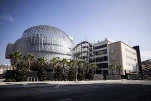 Immagine di un edificio moderno con una cupola in vetro e metallo.