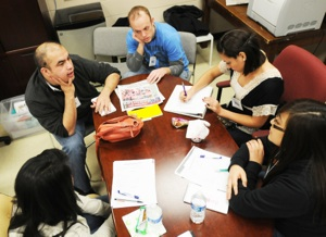 Coaches Tony Hernandez and Kevin Kinder meet with students at the 2012 Lemke Journalism Project.