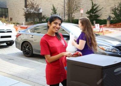 LLC Peer Ambassadors helping students move in