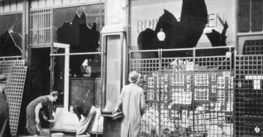 A Berlin-Tieregarten, le 10 novembre 1938, dans la Potsdamer Strasse, les commercants juifs enlèvent les traces du pogrom de la nuit (photographie exposée au centre d'information du mémorial aux juifs assassinés d'Europe (Berlin)