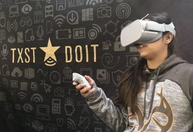 A Texas State female student tries an Oculus Go with DOIT at the library.