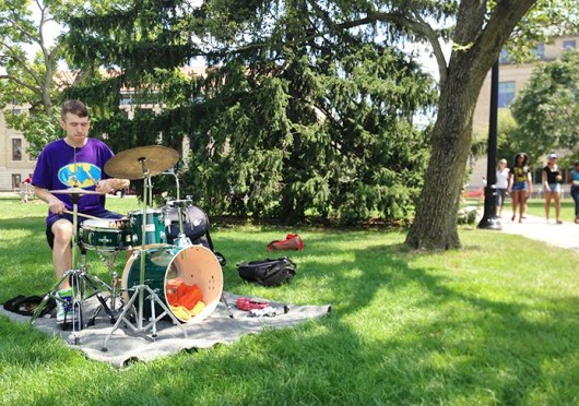 Percussionist Tyler Birch plays his drum set on the Oval Aug. 25. Credit: Nen Lin Soo / Lantern reporter