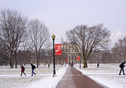 People walk across a snowy Oval Jan. 21. Temperatures are expected to fall as low as 10 degrees Jan. 22. Credit: Shelby Lum / Photo editor